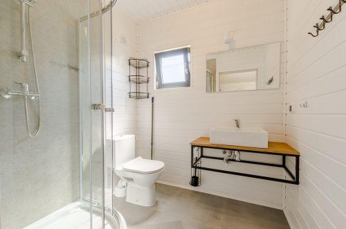 łazienka w domku letniskowym w Wiciu