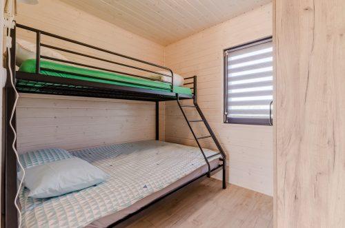 domek letniskowy z łóżkami piętrowymi w Wiciu