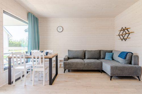 pokój z kanapą i stołem w domku letniskowym w Wiciu